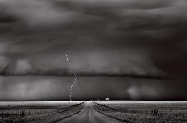 """As tormentas se movem rapidamente. Esta, contudo, arrastou-se em uma comunidaderural por uma hora, carregada de eletricidade. """"Nenhuma tempestade é igual a outra"""", dizo meteorologista James LaDue. """"Assim como um céu nunca é igual a outro."""" ( Foto tirada em Guymon, Oklahoma)"""