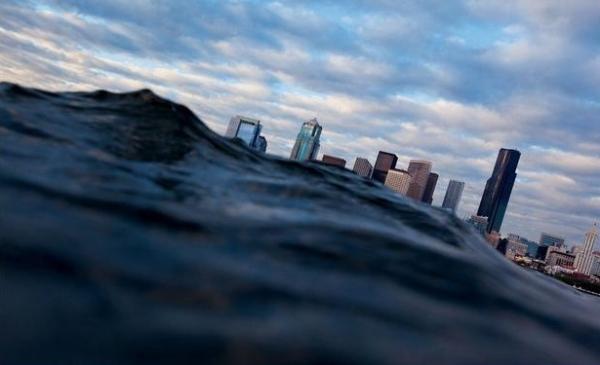 Uma falha sob o estreito Puget pode provocar um terremoto devastador em Seattle (vista aqui de um barco navegando sobre a falha). Um tsunami atingiria a cidade americana em menos de dez minutos.